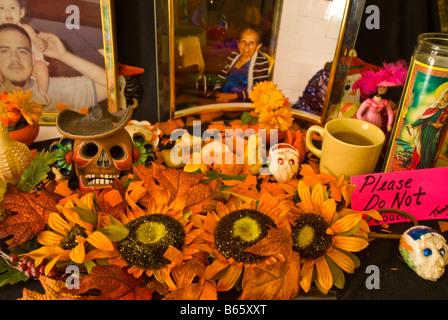 Tag der Toten Altar traditionelle Ringelblume Blüten mexikanische Tradition Dia de Los Muertos Feier San Antonio, - Stockfoto