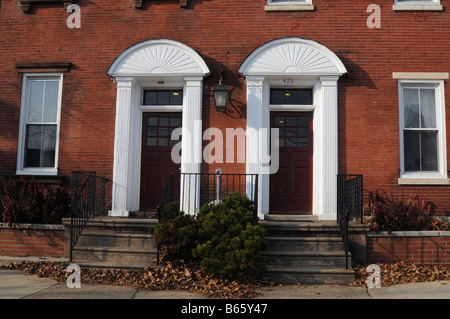 Antikes Gebäude mit zwei weiße verzierte Tür, Bristol, Bucks County, Pennsylvania, USA, Nordamerika - Stockfoto
