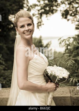 Porträt einer Braut in eine Parklandschaft - Stockfoto