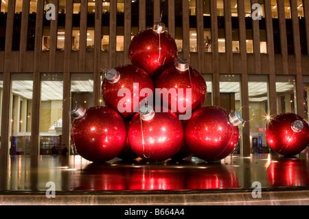 gro e rote kugeln als schmuck f r den weihnachtsbaum als eine kunstausstellung auf der 6th. Black Bedroom Furniture Sets. Home Design Ideas