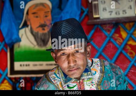 Grünland Herder in traditioneller Tracht in Jurte home Xilinhot Innere Mongolei China - Stockfoto
