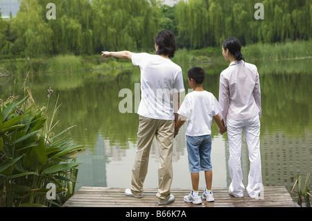 Junge Familie mit Sohn stand in der Nähe See - Stockfoto
