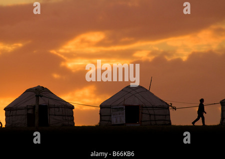 Nomadische Hirten Jurten auf Wiesen bei Sonnenuntergang Xilinhot Innere Mongolei China - Stockfoto