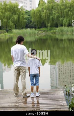 Junger Vater stand in der Nähe der See zusammen - Stockfoto