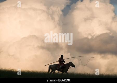 Grasland Hirte auf dem Pferderücken fängt Pferd mit Seil und Pol Urga Xilinhot Innere Mongolei China - Stockfoto