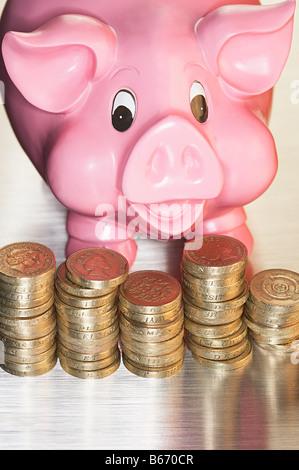 Sparschwein und Münzen - Stockfoto
