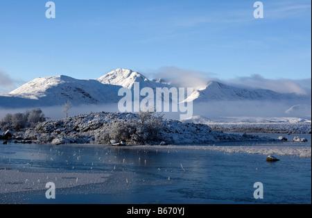 Schönen guten Morgen Szene über Rannoch Moor Schnee Hervorhebung der frühen Morgennebel, den gefrorenen See und - Stockfoto