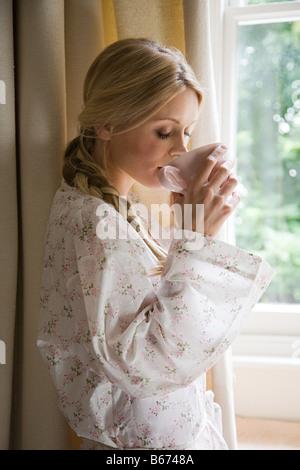 Junge Frau mit Tasse Tee - Stockfoto