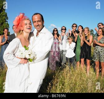 Ehepaar, Gruppe von Menschen, die hinter - Stockfoto