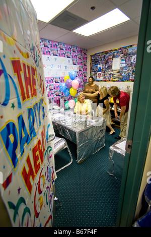 Kollegen der California School Mitarbeiter feiern ihren Geburtstag in einem speziell eingerichteten Büro - Stockfoto