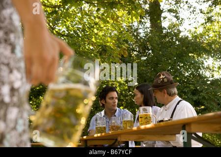 Freunde im Biergarten, Bayern, Deutschland - Stockfoto