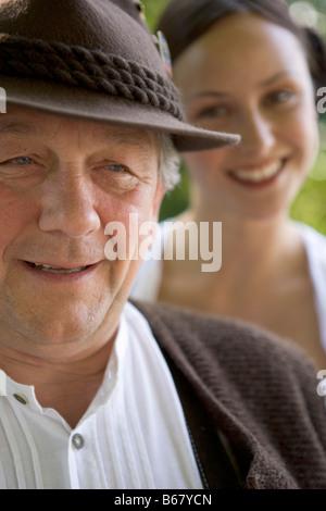 Reifer Mann mit junger Frau im Hintergrund im Biergarten, Bayern, Deutschland - Stockfoto