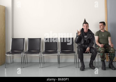 Punk und Soldat im Wartebereich