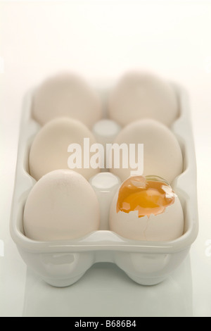Gebrochene Ei im Karton - Stockfoto