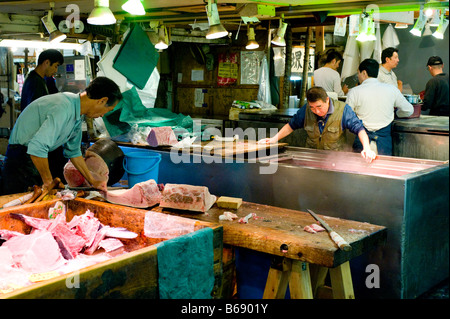 Männer, die Vorbereitung der Thunfisch auf den Tsukiji-Fischmarkt in Tokio, Japan. - Stockfoto