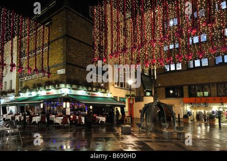 """Weihnachtseinkäufe Dekorationen St Christophers Ort & Bereich """"Oxford Street"""" Essen und trinken in Londons West - Stockfoto"""