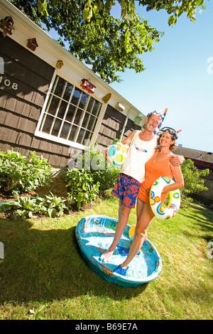 Ehepaar Schnorchel tragen und in ein Planschbecken zur Verfügung stehen - Stockfoto