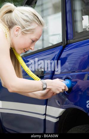 Junge Frau Ladestation Elektroauto - Stockfoto