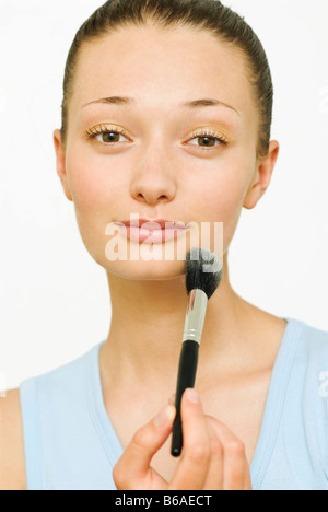 Weibliche Holding Make-up Pinsel - Stockfoto