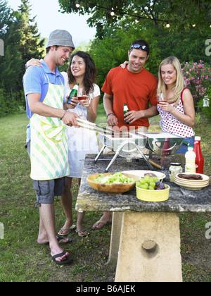 Freunde kochen am Grill - Stockfoto