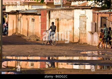 Eine Straße nach Regen in Abomey, Benin, Westafrika - Stockfoto