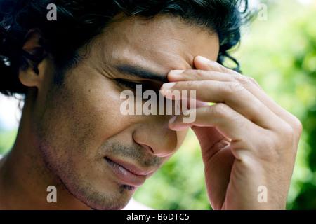 Depressionen. Unglücklicher Mensch seine Hand gegen die Stirn drücken. - Stockfoto