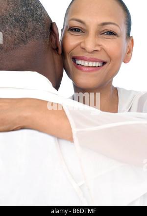 Gerne älteres paar umarmt. - Stockfoto