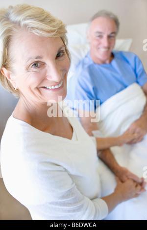 Besuch im Krankenhaus. Frau, die ihrem Partner auf einer Krankenstation zu besuchen. - Stockfoto