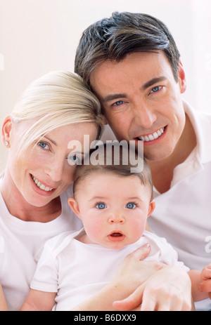 Junge Familie. Mutter und Vater hält ihre junge Kind. - Stockfoto