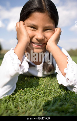 Glückliches Mädchen auf dem Rasen liegen. - Stockfoto