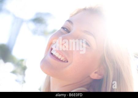 Glückliche Frau im Sonnenlicht - Stockfoto