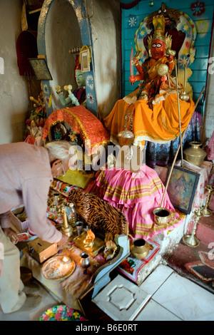 Südafrika. Durban. Reifer Mann in indisch-hinduistischen Tempel-Angebot - Stockfoto