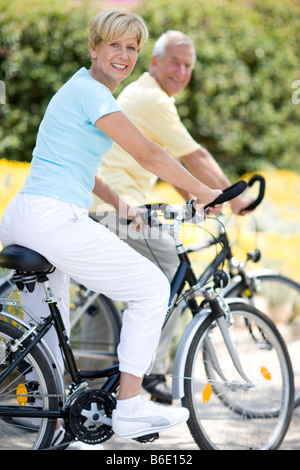 Radfahrer. Lächelnde Paar genießt einen Zyklus reiten in der Landschaft. - Stockfoto