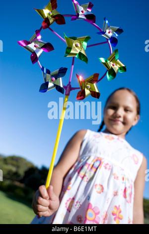 Mädchen spielen. Junges Mädchen mit einer Toy Windmühle. - Stockfoto