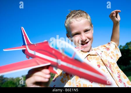 Junge spielt mit einem Modell-Flugzeug. - Stockfoto