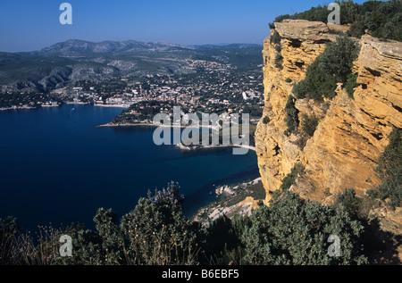 Die Bucht von Cassis und Cassis Stadt aus die rührende Kappe (oder Cape) Canaille, Provence, Frankreich - Stockfoto