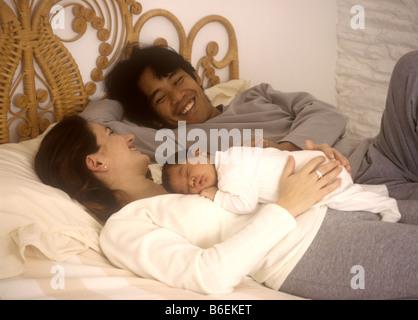 Gemischte Rassen paar (der Vater ist Indonesisch) mit ihrem Neugeborenen Baby girl - Stockfoto