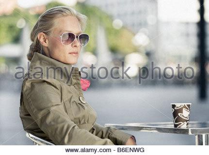 Frau mit Pappbecher - Stockfoto