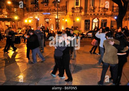 Tänzer bei einer Veranstaltung des Tango, Milonga, auf der Plaza Dorrego Platz, Barrio San Telmo, Buenos Aires, - Stockfoto
