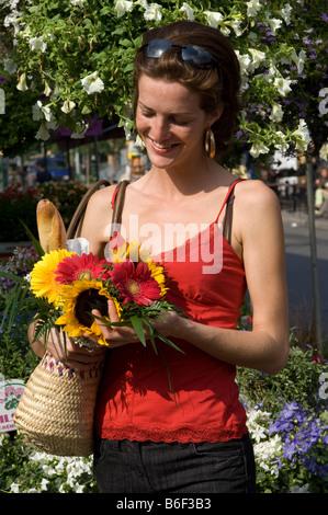 Junge Frau bei Jean Talon Market Montreal Quebec Kanada - Stockfoto