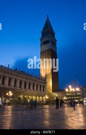 Markus Basilika Campanile San Marco in Piazza San Marco Square bei Dämmerung, Venedig, Italien, Europa - Stockfoto