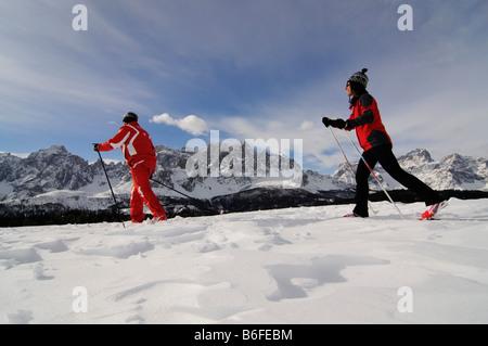 Nordic oder Langlauf-Skifahrer auf der Alpe Nemes Alpen, hoch Pustertal oder hoch Pustertal oder Alto Pustertal, - Stockfoto