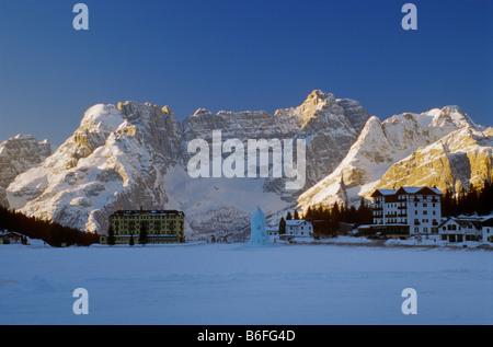 Hotels bei gefrorenen Lago di Misurina mit Gruppo del Sorapis Bergen bei Sonnenaufgang Winter Dolomiten Venetien - Stockfoto
