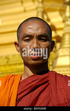 Buddhistischer Mönch vor der goldenen Stupa, Porträt, Yangon, Birma, Südostasien - Stockfoto