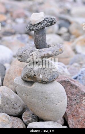 Kieselsteine gestapelt in einem Steinhaufen am Strand - Stockfoto