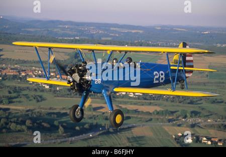 Alte amerikanische Trainer Doppeldecker Boeing PT-17 Kaydet / Stearman Modell 75 im Flug - Stockfoto