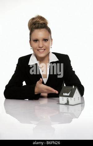 Geschäftsfrau, die Präsentation eines Musterhauses - Stockfoto