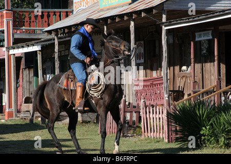 Ein Cowboy reitet in einem alten Westen der Stadt - Stockfoto