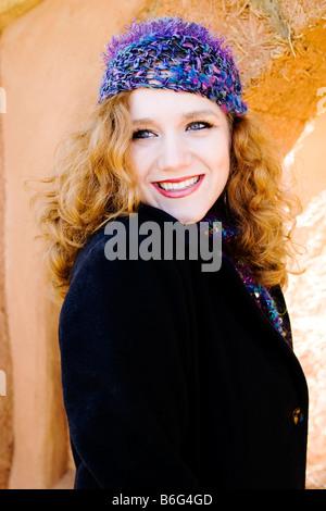 Kaukasischen Frauen tragen lila stricken Hut - USA - Stockfoto