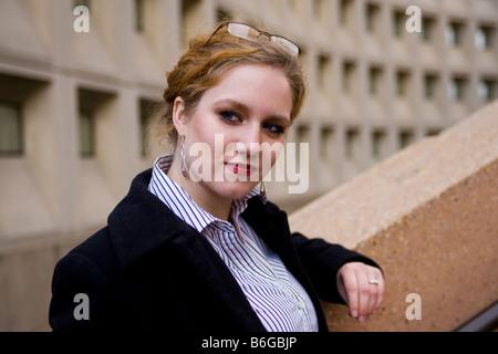 Kaukasische Geschäftsfrau stehen neben Bürogebäude - Stockfoto